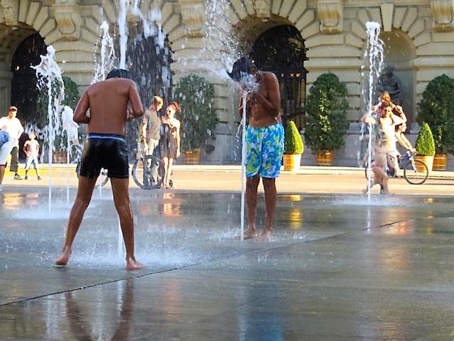 Das Wasserspiel vor dem Bundesplatz.