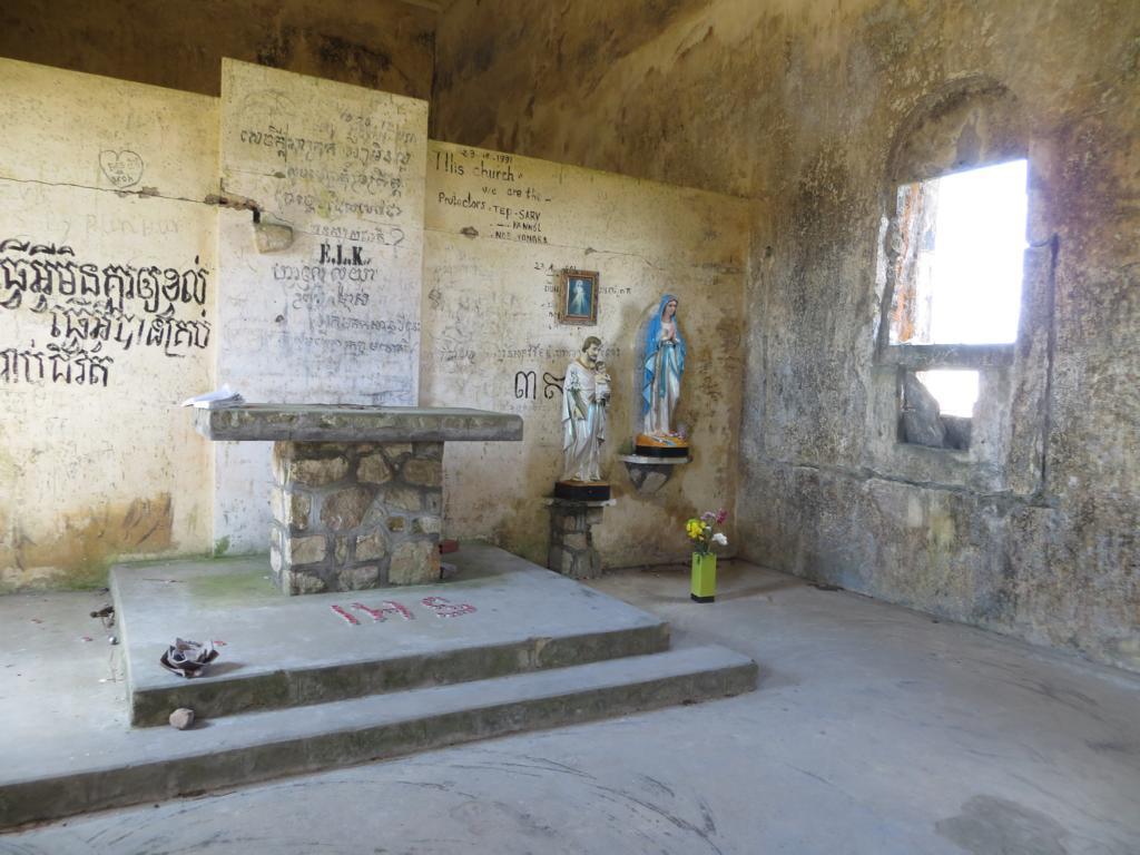 verlassene Kirche auf dem Weg zum Bokor Hill