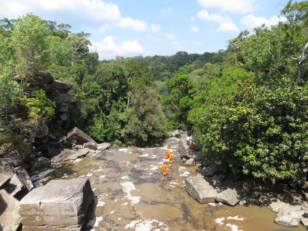 Mönche beim Wasserfall in der Nähe der Bokor Hill Station in Kambodscha