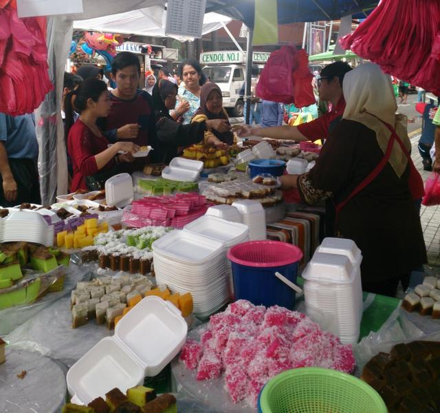 Kuchen an einem Marktstand in Malaysia