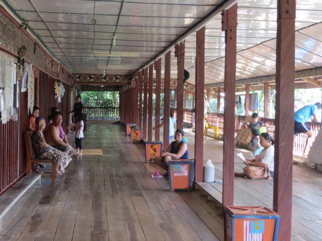 Bewohner eines Langhauses im Dschungel von Borneo