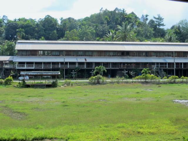 ein Langhaus im Dschungel von Borneo