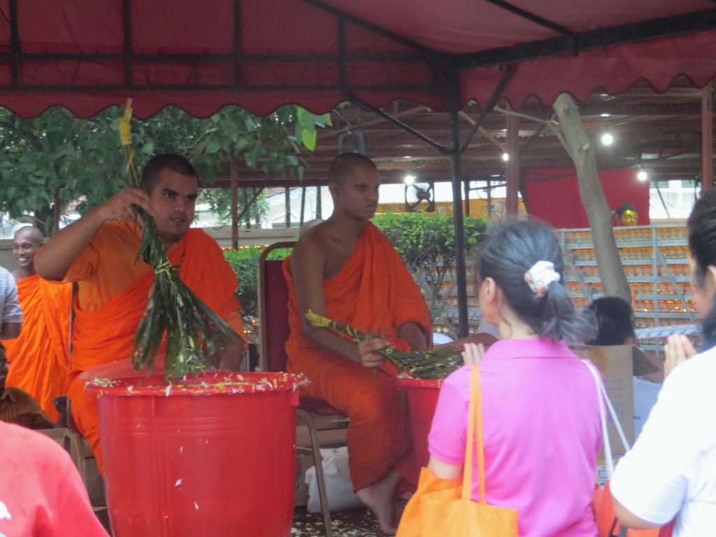Segnung durch Mönche am Wesak Day