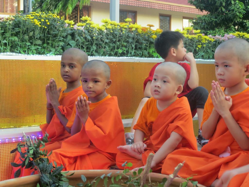 Kindermönche die während dem Umzug zum Wesak Day Segnungen machen