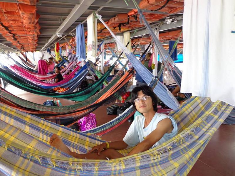 Rund um die Welt: Kenji in Brasilien, als er mit dem Boot auf dem Amazonas gereist ist