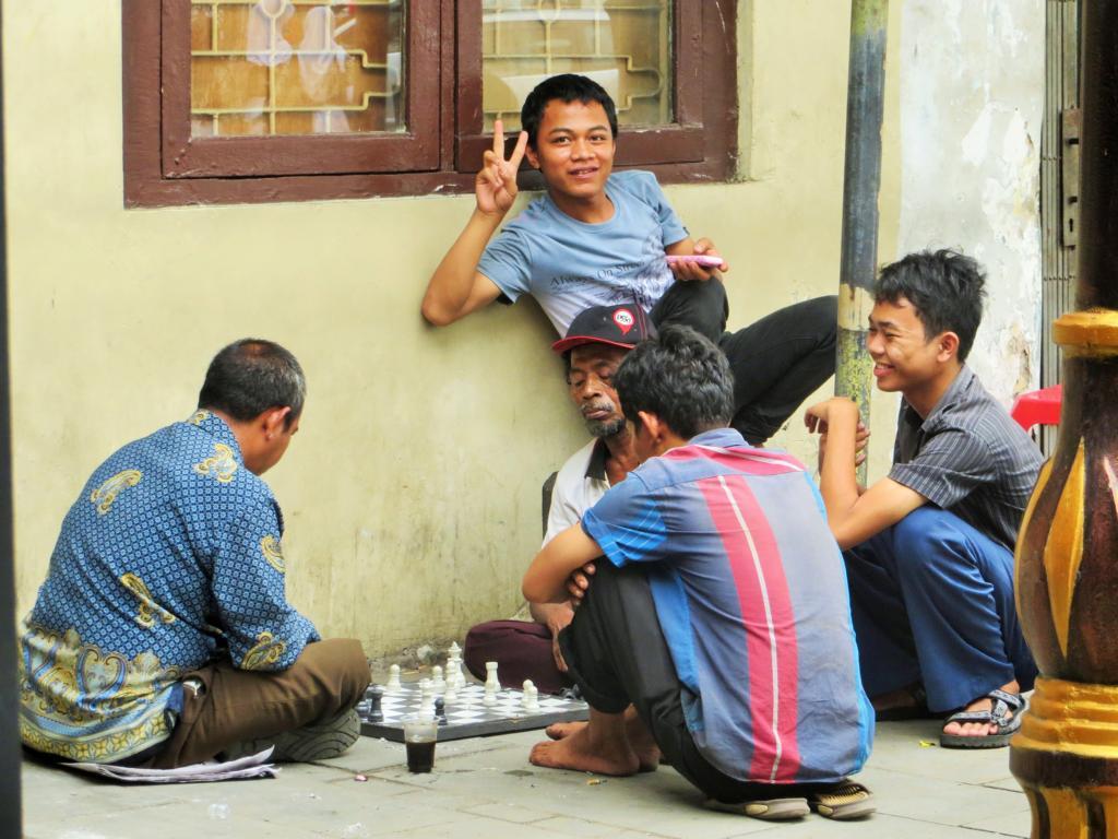 Für ein gemütliches Spiel ist immer Zeit - auch in Jakarta