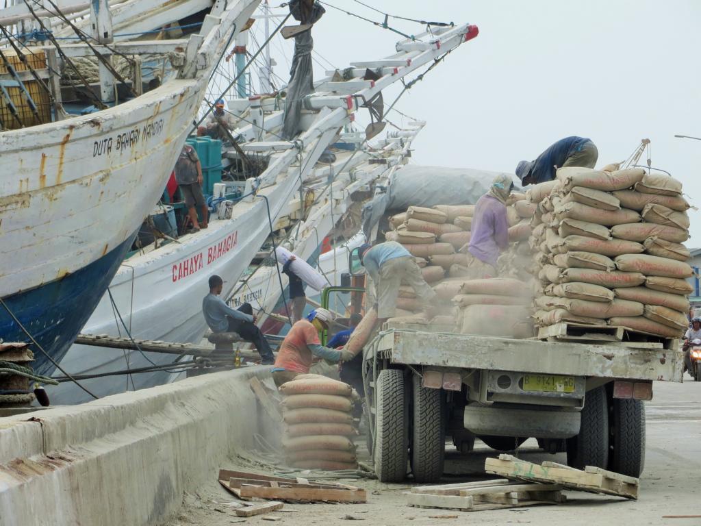 Harte Arbeit im Hafen Sunda Kelapa in Jakarta