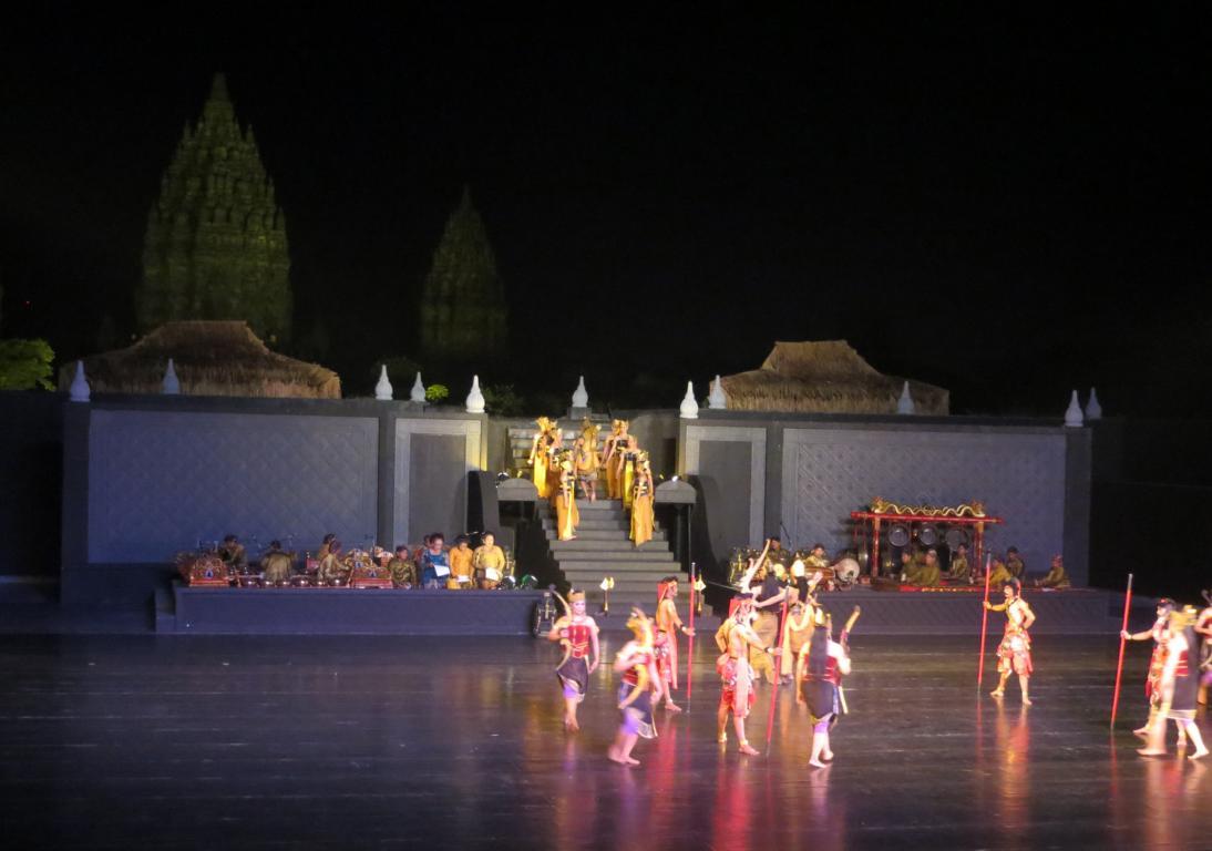 Das Ramayana Ballet mit den Prambanan Tempeln im Hintergrund