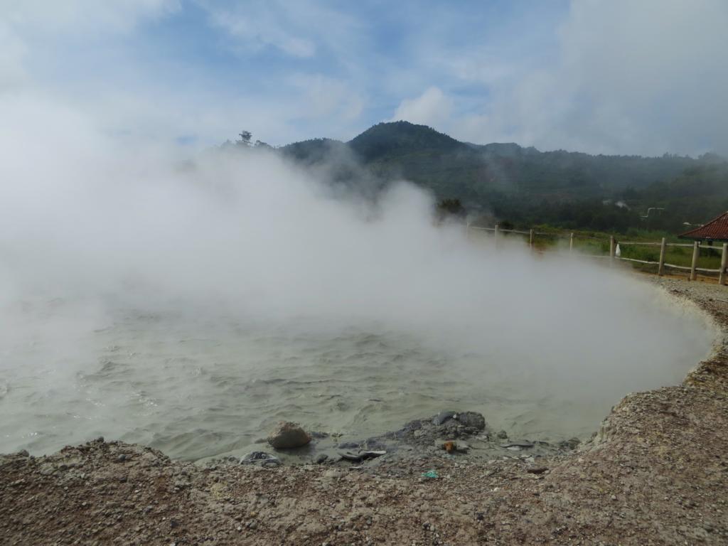 Der Sikidang Krater auf dem Dieng Plateau