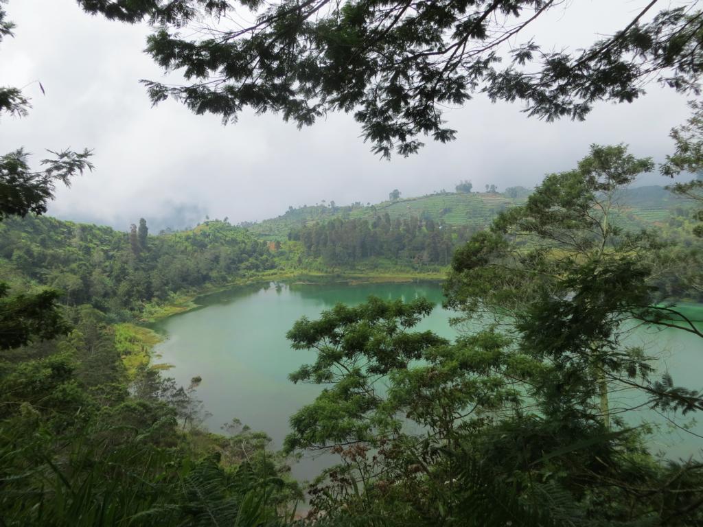 Wunderschöne Aussicht auf den Telaga Warna See auf dem Dieng Plateau