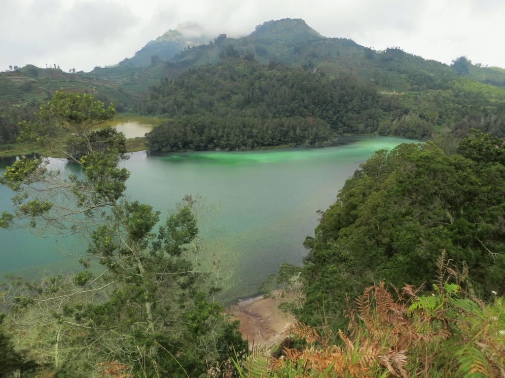 Der farbige See Telaga Warna in Dieng
