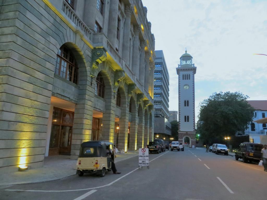 Koloniale Gebäude und der Uhrturm in Colombo