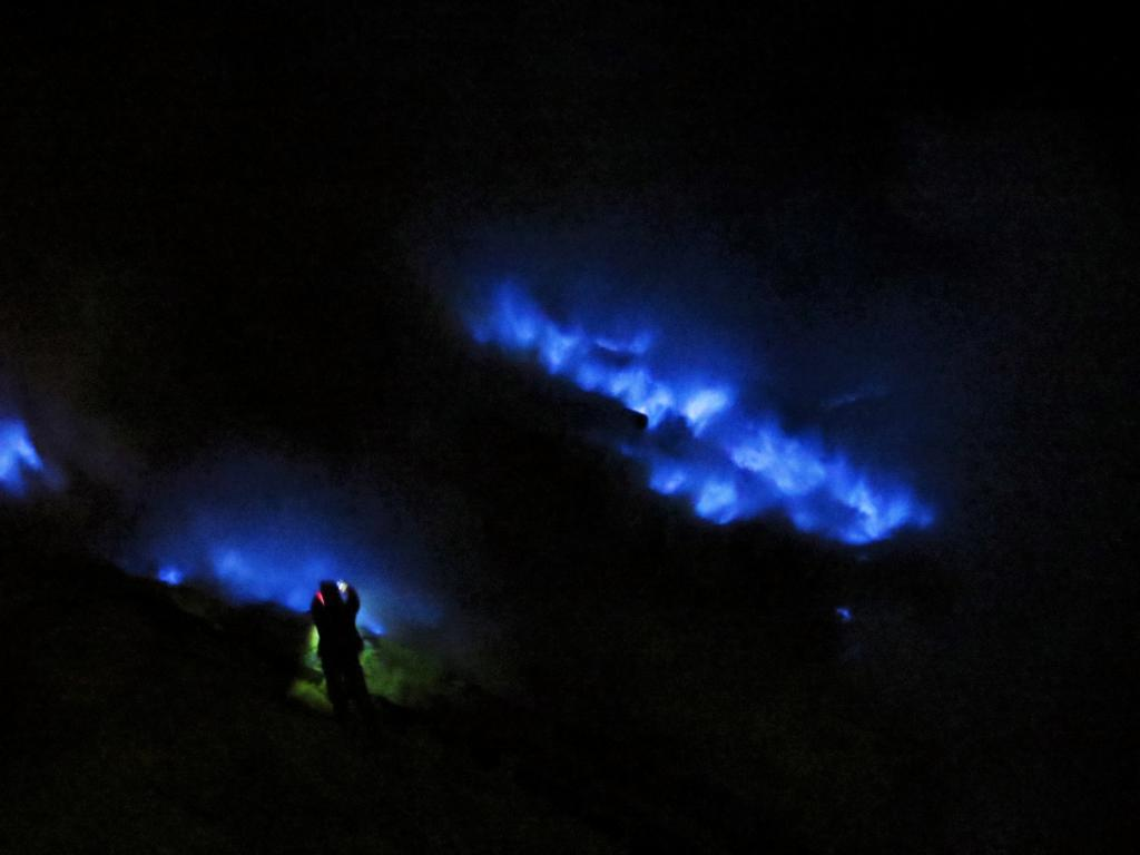 Das blaue Feuer auf dem Vulkan Ijen