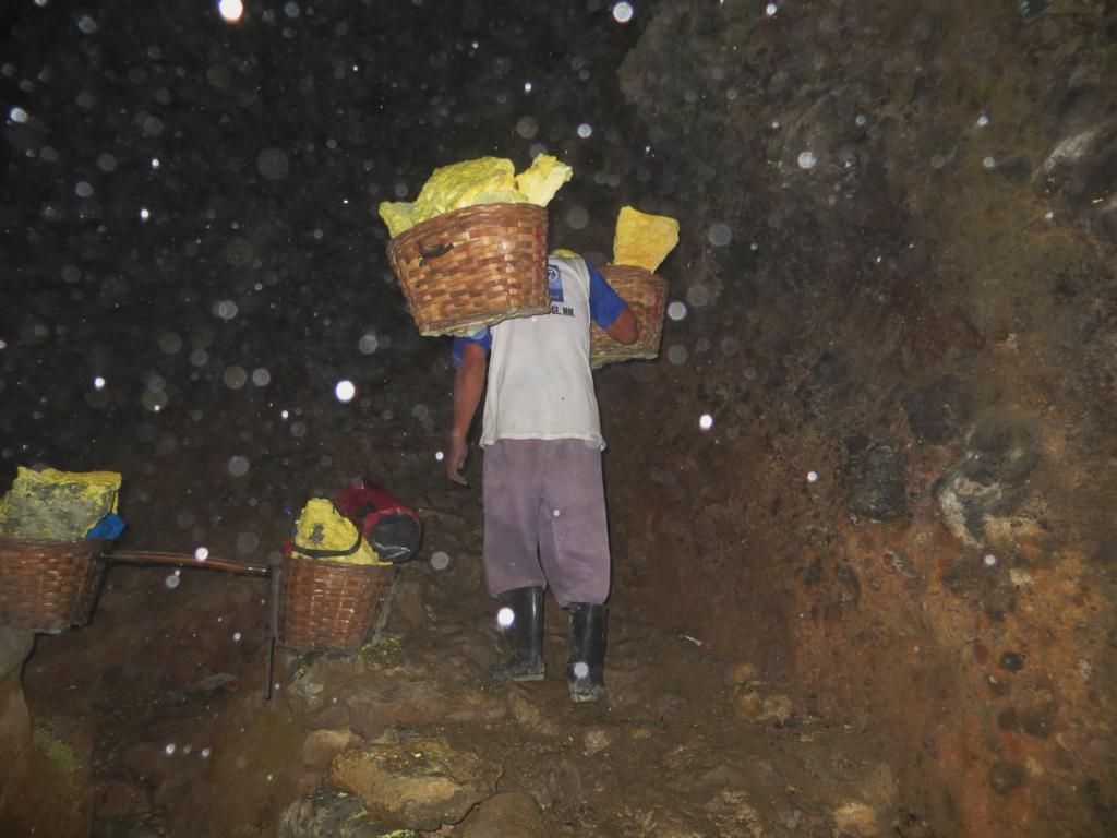 Arbeiter auf dem Vulkan Ijen in Indonesien