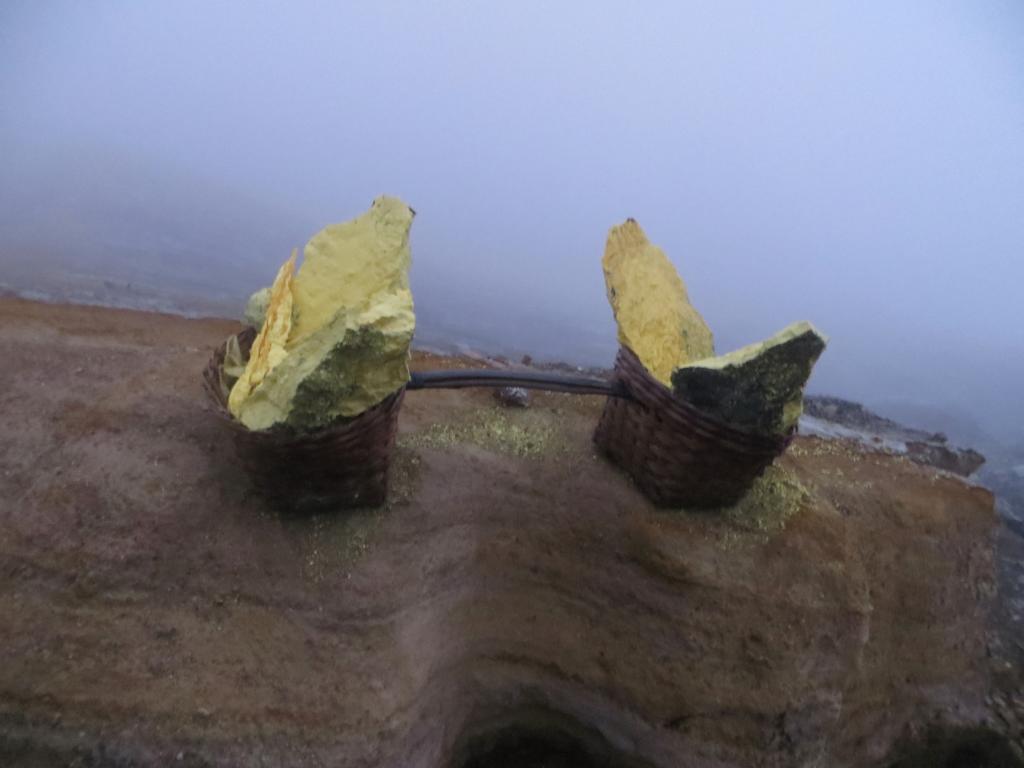 Schwefelblöcke, die im Vulkan Ijen abgebaut werden