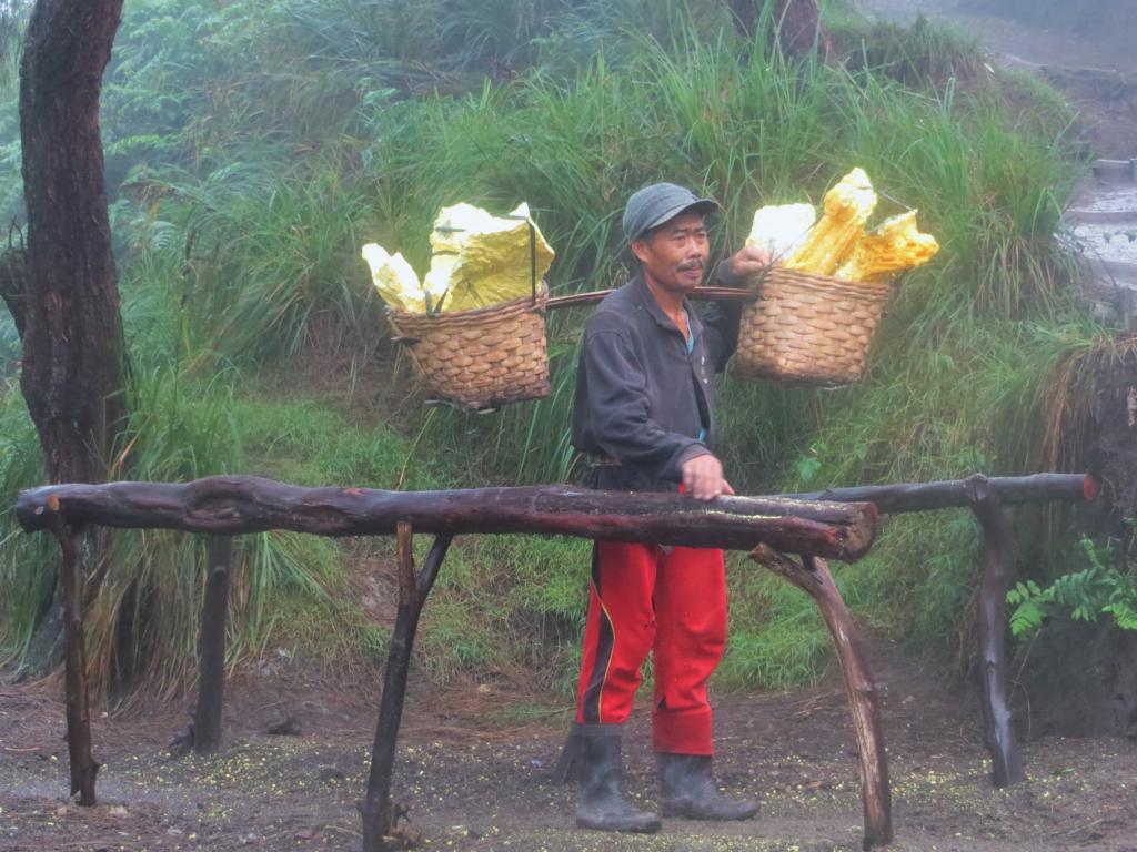 Arbeiter auf dem Vulkan Ijen, der Körbe  mit Schwefel schleppt