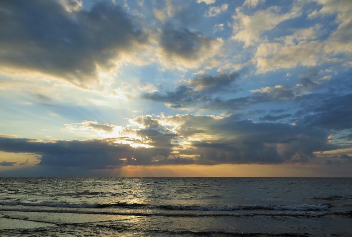 Am Strand in Indonesien gibts kein Entkommen von den Bachboys