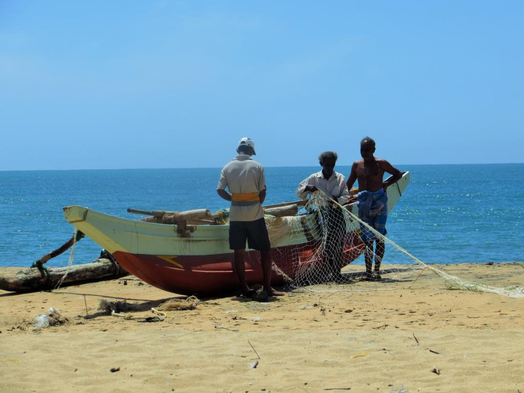 Fischer in der Arugam Bay beim Netzte säubern