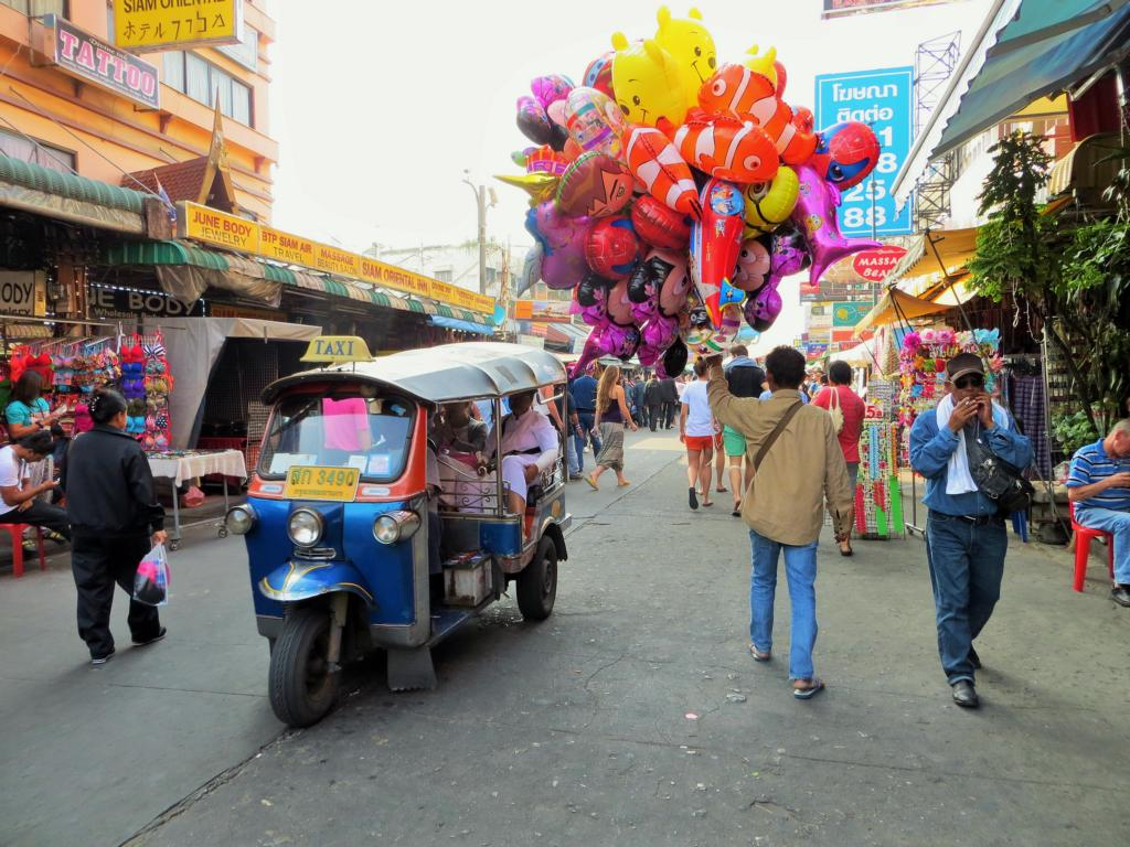 Tuk-Tuks wohin man schaut - eine übliche Strassenszene in Bangkok