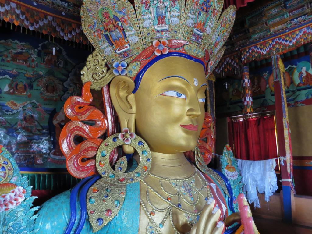 beeindruckende Buddhastatue im Kloster Thiksey in Leh