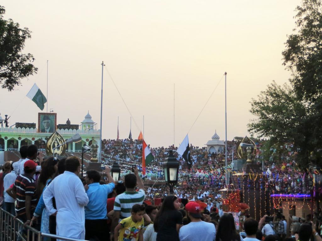 Das Flaggeneinholen jeden Abend an der Grenze bei Amritsar