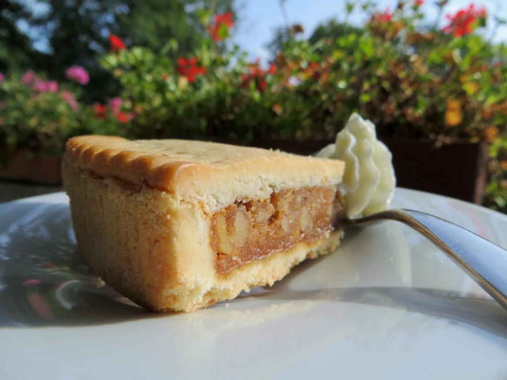 Bündner Nusstorte - ein leckerer Schweizer Dessertklassiker