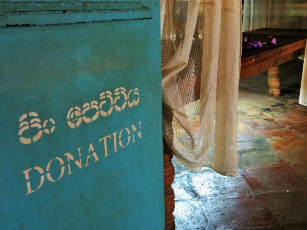 Spenden im buddhistischen Tempel in Sri Lanka
