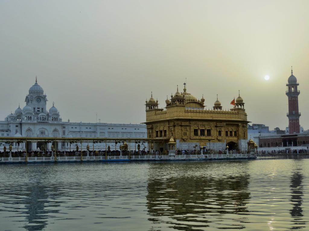 Pilger im goldenen Tempel in Amritsar in Indien
