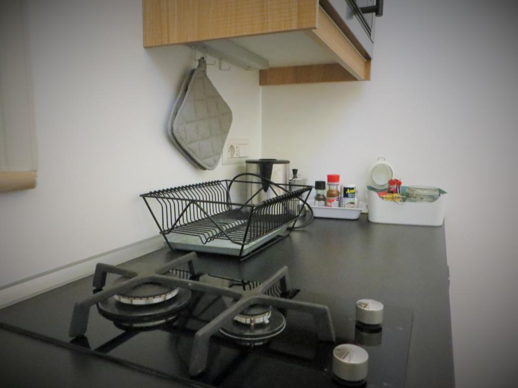 Eine gut ausgestattete Küche mit Kaffee und Tee
