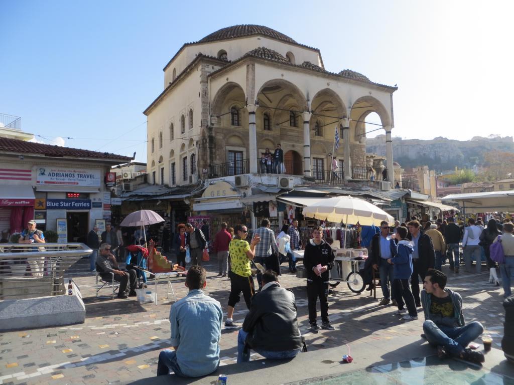 Auch im November spielt sich das Leben in Athen immer noch draussen ab