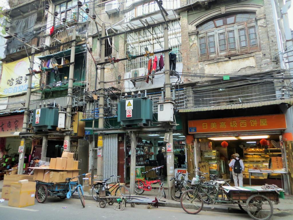 Strassenbild in Guangzhou abseits der Wolkenkratzer