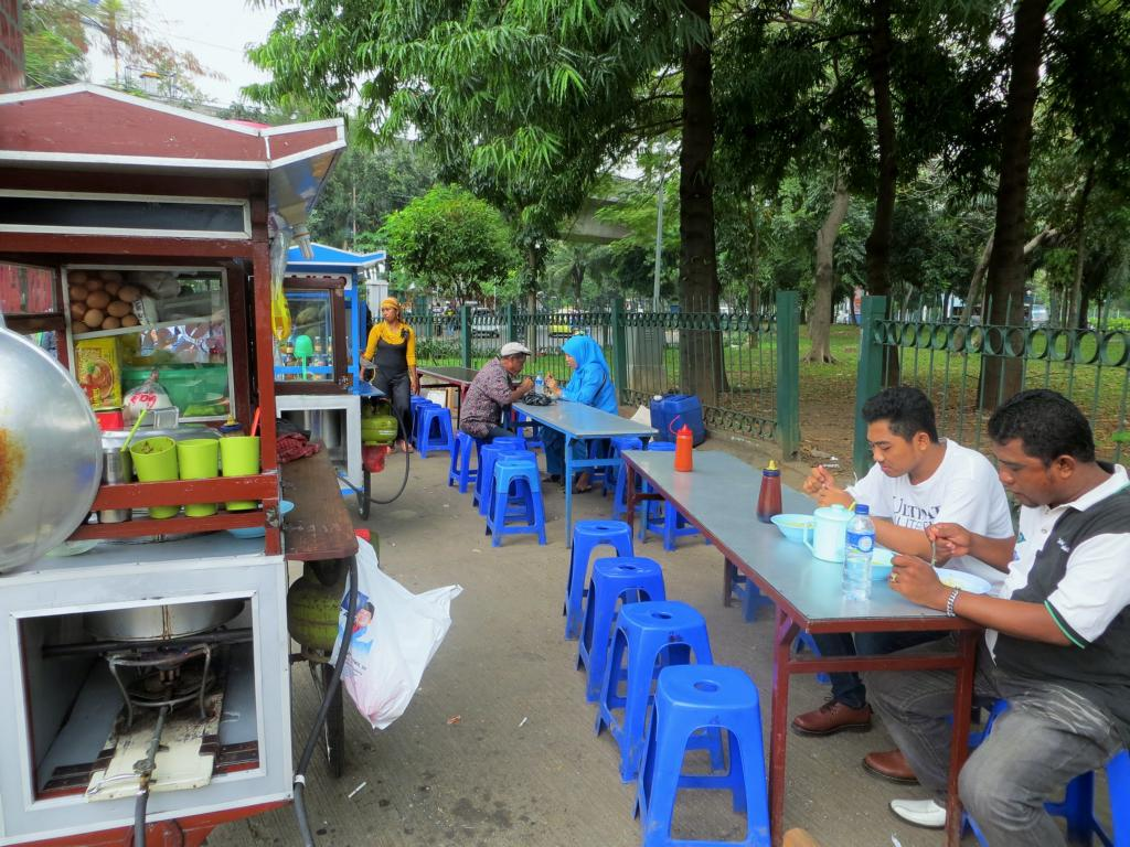 Essen auf der Strasse ist in Südostasien ganz normal, auch in Indonesien