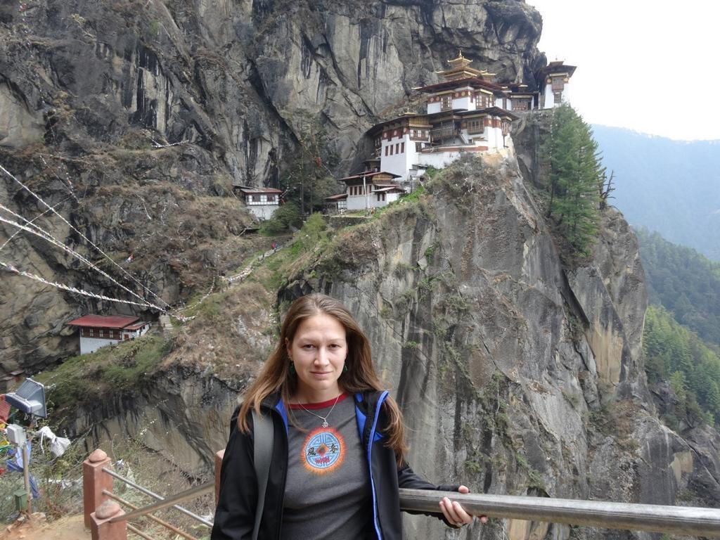 Beatrice Sonntag am Tigernest in Bhutan
