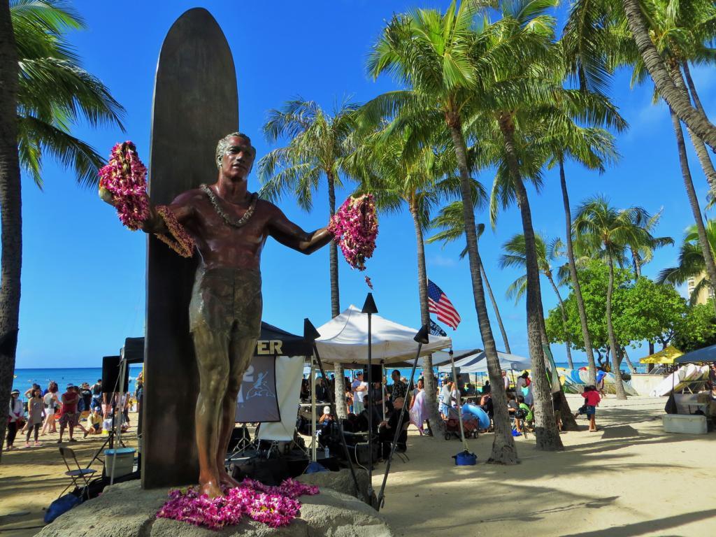 Duke Kahanamoku, Vater des Surfens, heisst Besucher am Waikiki Beach willkommen