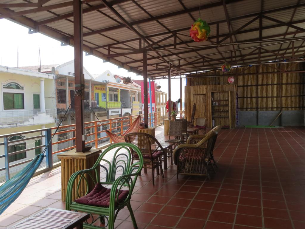 Die Hostelterrasse: Treffpunkt aller Reisenden