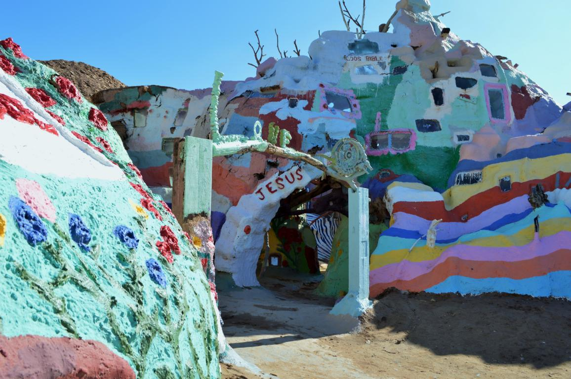 Am Salvation Mountain in der Wüste Kaliforniens.