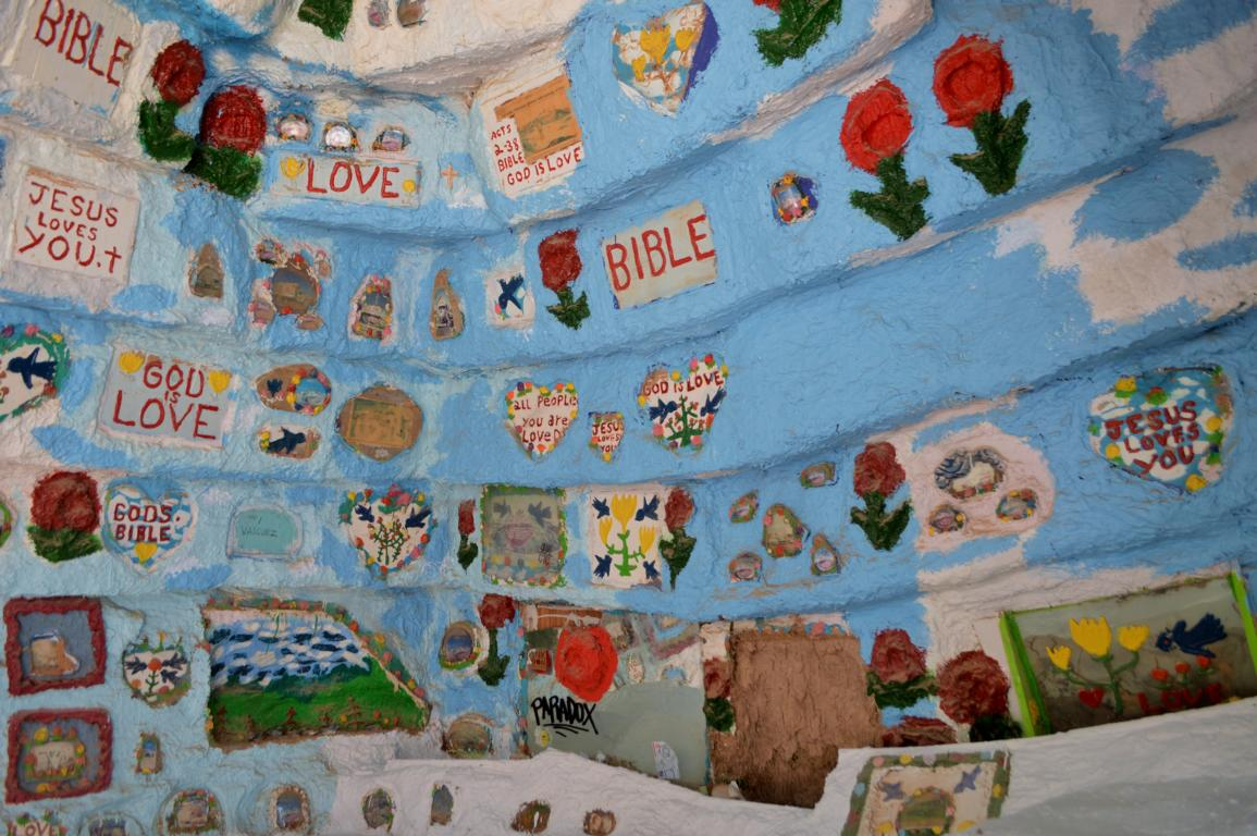 Im Innern des Salvation Mountain.