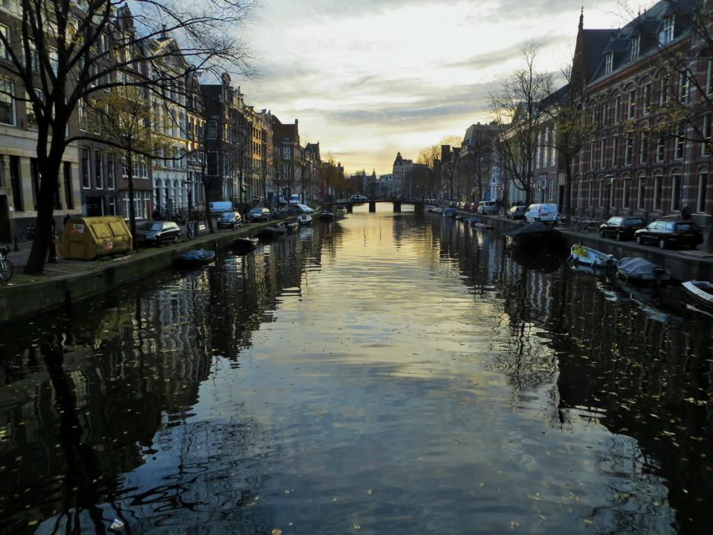 Amsterdams weltbekannte Grachten durchziehen die Stadt.