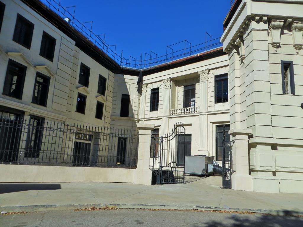 Mulitfunktionales Gebäude: Mit der entsprechenden Beschilderung und Ausrüstung mal ein Hotel, mal ein Gerichtsgebäude.