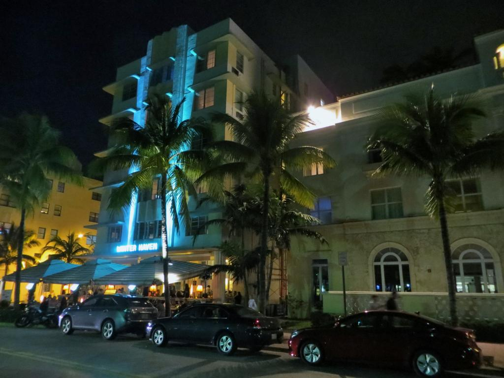 Nachts am Ocean Drive in Miami.