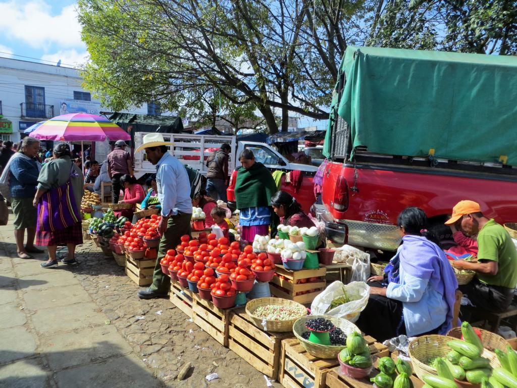 Berge von Früchten und Gemüse auf dem lokalen Markt in San Cristobal de las Casas in Mexiko.