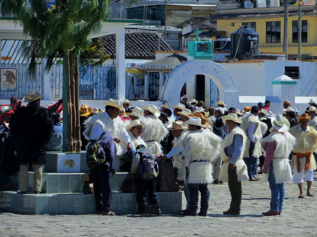 Männer in ihren Trachten am Maya Karneval in Jamula, Mexiko.