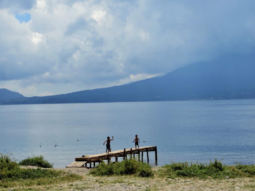 Baden im Lago Atitlan in Guatemala.