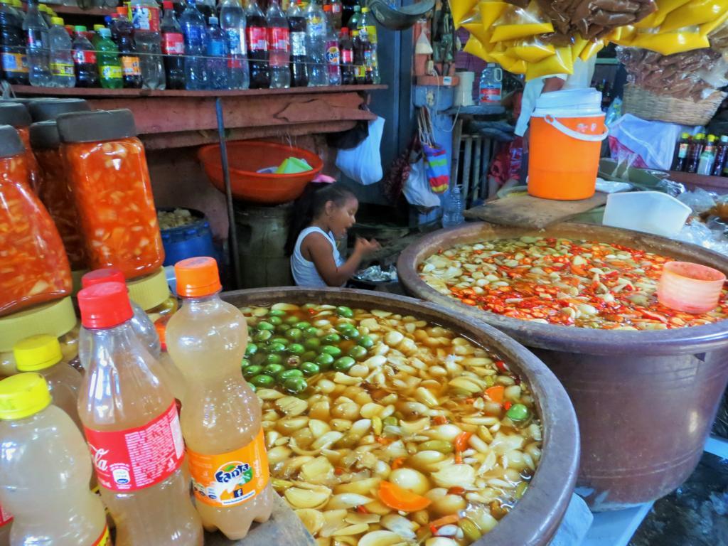 Auch in Granada gibt es einen farbenfrohen und spannenden Markt.