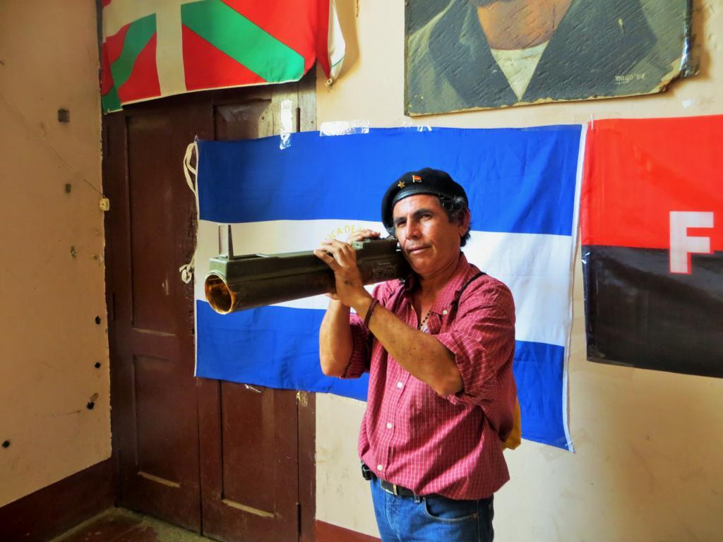 Mein Guide, der unbedingt mit einer Bazooka posieren will.