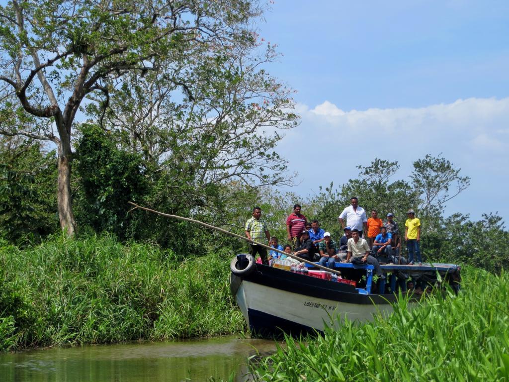 Taxi in die Zivilisation... Dieses Boot garantiert den entlegenen Dörfern am Rio Papaturro Anschluss an die Solentiname Inseln.