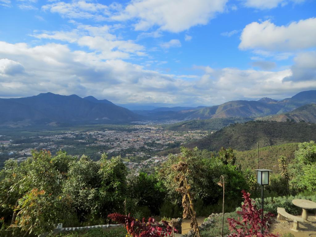 Sicht über Antigua vom Restaurant Cerro San Cristobal.