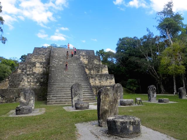 Eine von unzähligen Mayastätten in Tikal.
