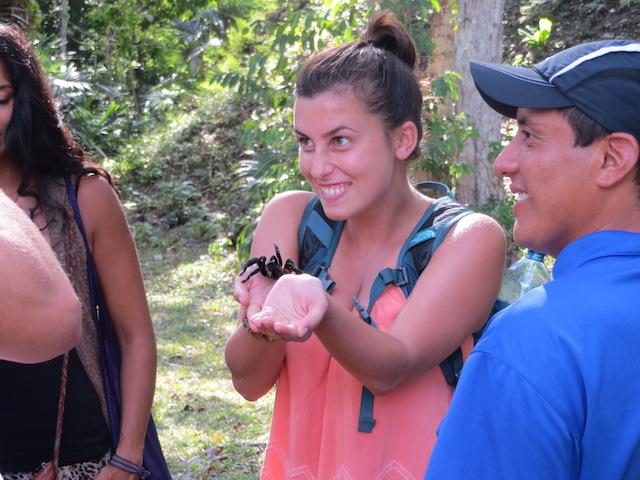 Auch in Tikal kann dir mal eben eine Riesenspinne über die Hand laufen. Wie auch immer man da so glücklich dreinschauen kann....