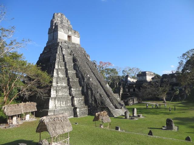 Die bekannteste Stufenpyramide von Tikal in Guatemala.